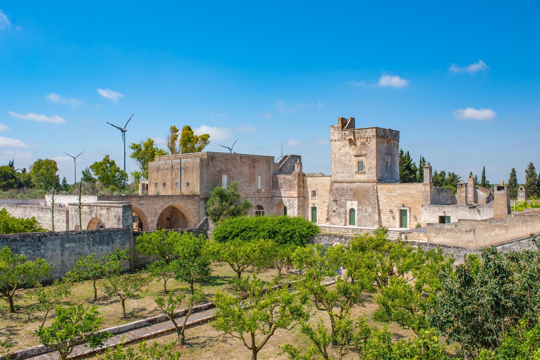 Incantevole casale del XV secolo immerso negli ulivi