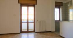 Zona Salesiani luminoso appartamento comoda metratura con garage